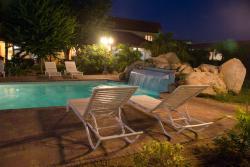 zwembad-waterval avond
