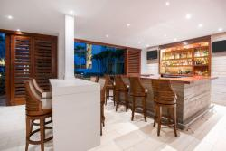 Aruba-Holiday-Inn-Palm-Bar.jpg