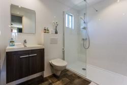 Paradera Park Deluxe Studio - Bathroom.jpg